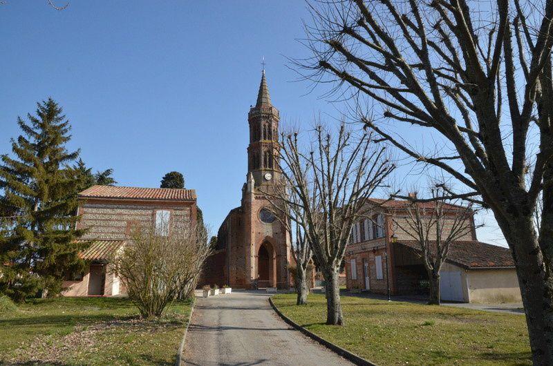 L'église, la mairie et l'ancienne école de Montbrun-Lauragais