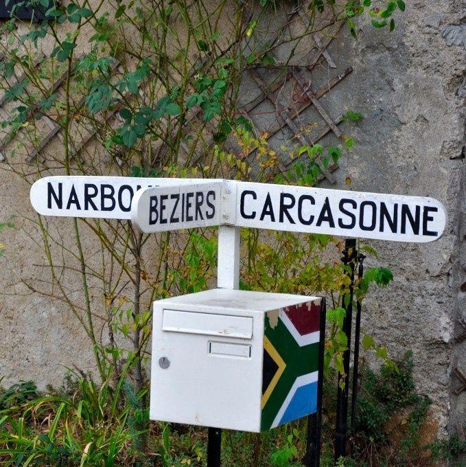 A la croisée des chemins : ce panneau se situe juste après le Somail. En suivant le Canal du Midi, nous rejoignons Béziers (notre destination). Le Canal de la Robine permet de rejoindre Narbonne.