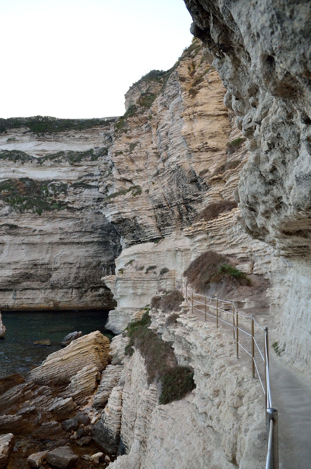 Le chemin qui mène à la source, creusé lui aussi dans la falaise