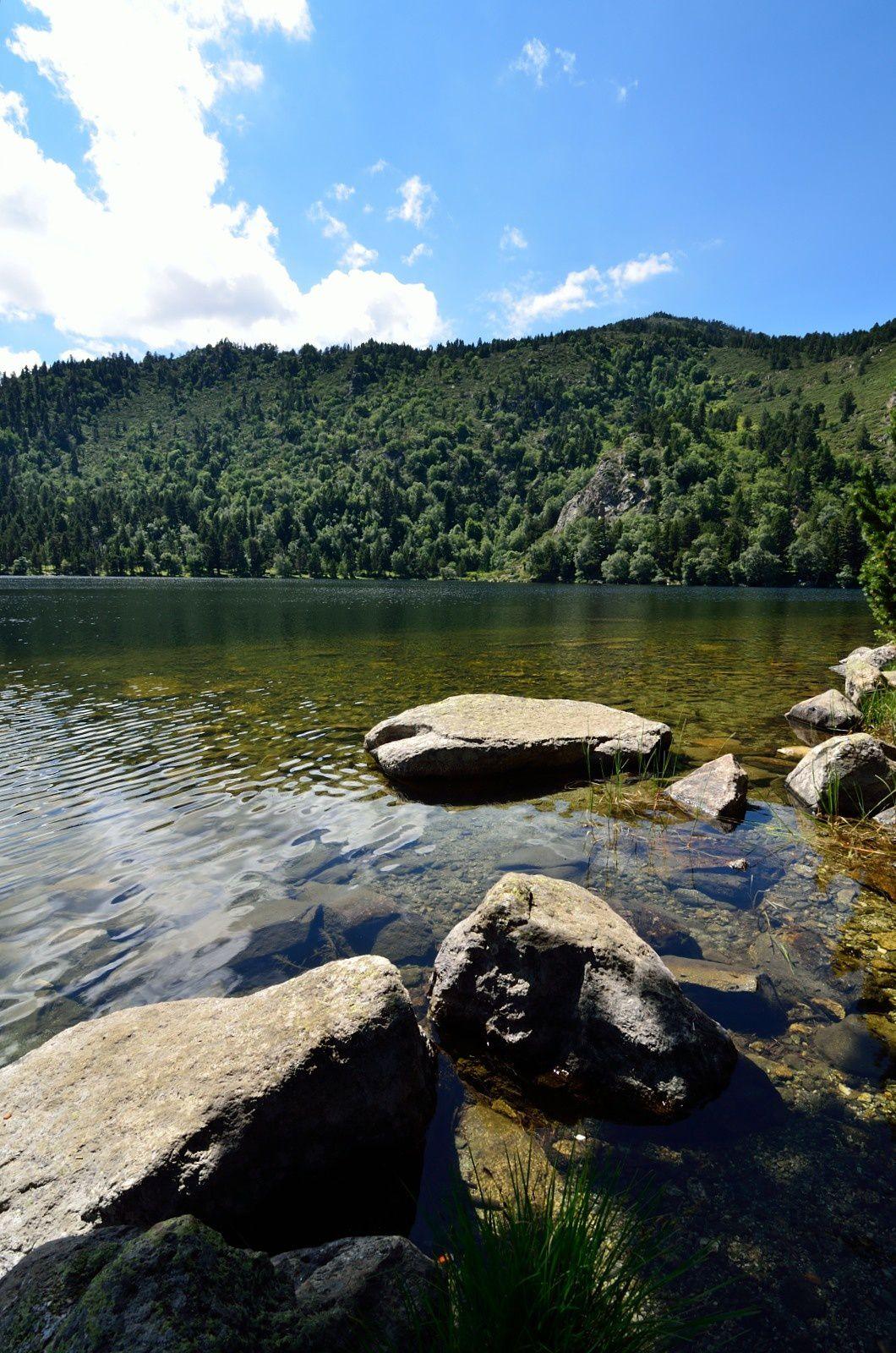 Vue de l'étang de Quérigut depuis la rive Nord