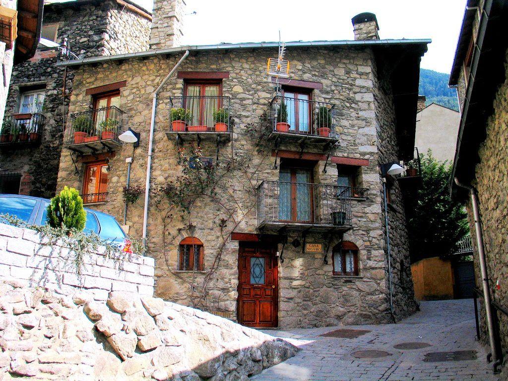 1982 , Encamps en Andorre , parti là bas pour une semaine j'y reste 8 mois, , je vous raconterai une autre fois , Joe, le patron d'un bar à Whisky qui circulait derrière son comptoir dans une chaise de bébé à sa taille , 1, 90 m, 150 kg...!