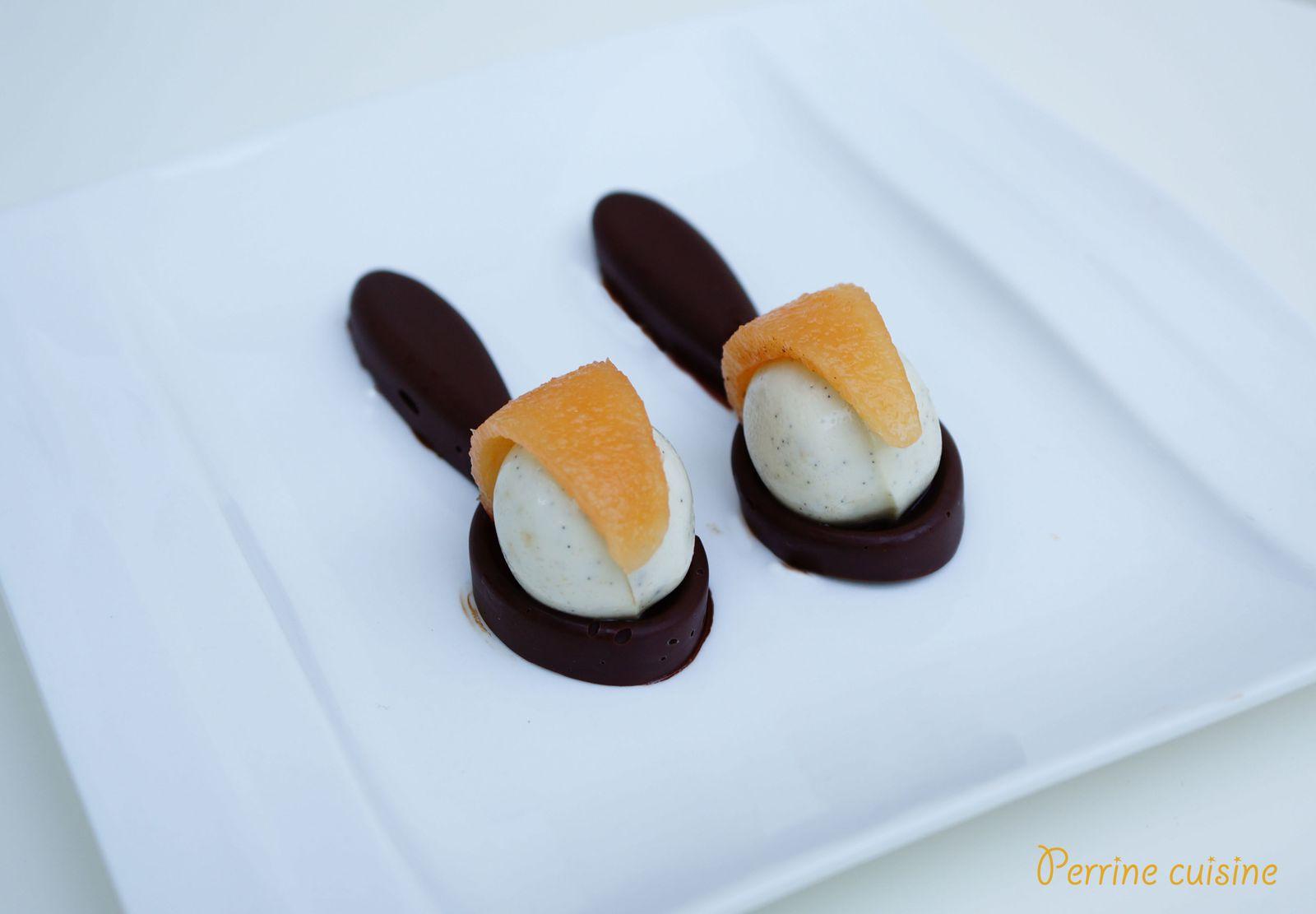 Cuillères au chocolat, sphère de panna cotta à la vanille et voile de melon épicé
