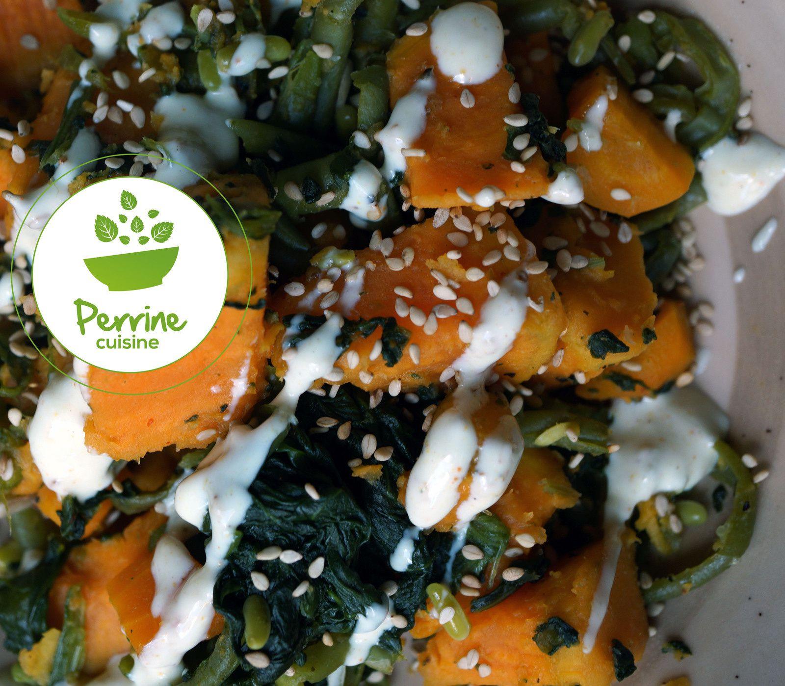 Veggie bowl à la patate douce, lentilles corail et quinoa, sauce yaourt et tahini