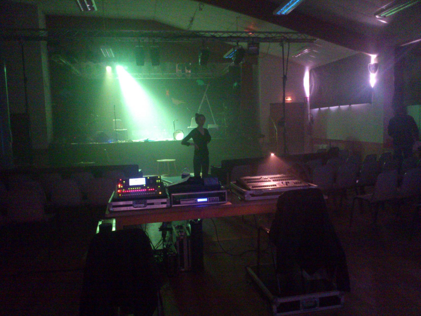 Installation de la salle, réglage des lumières et du son, goûter et spectacle !