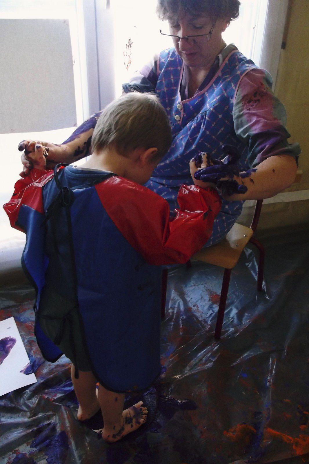 Quelques temps plus tard, on voit les enfants très à l'aise, en pleine exploration sensorielle !