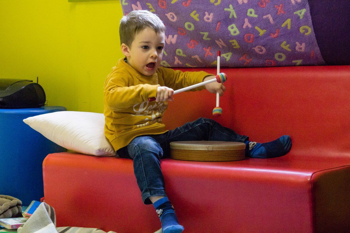 Ici, une longue séquence de jeux autour des instruments. Chacun son tambourin, pour des séquences solitaires, puis des temps où les enfants ont joué côte à côte, puis ensemble. Ils ont montré leurs capacités à s'écouter, à s'efforcer de se comprendre, à s'organiser (ils se distribuent les baguettes de tambourin...)et à dialoguer entre eux. C'est très net dans les échanges de regard et les postures. Pas d'interventions des adultes durant cette séquence...