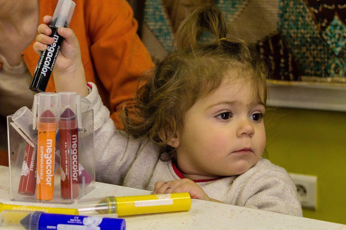 """Ces images montrent que l'enfant peut """"être dans une activité"""" (ici déboucher, reboucher, ranger les feutres), tout en regardant ce qui se passe ailleurs. On peut observer 3 formes d'attention chez l'enfant : attention soutenue, attention partagée et attention flottante. Ici, on peut voir l'attention partagée et l'attention soutenue."""