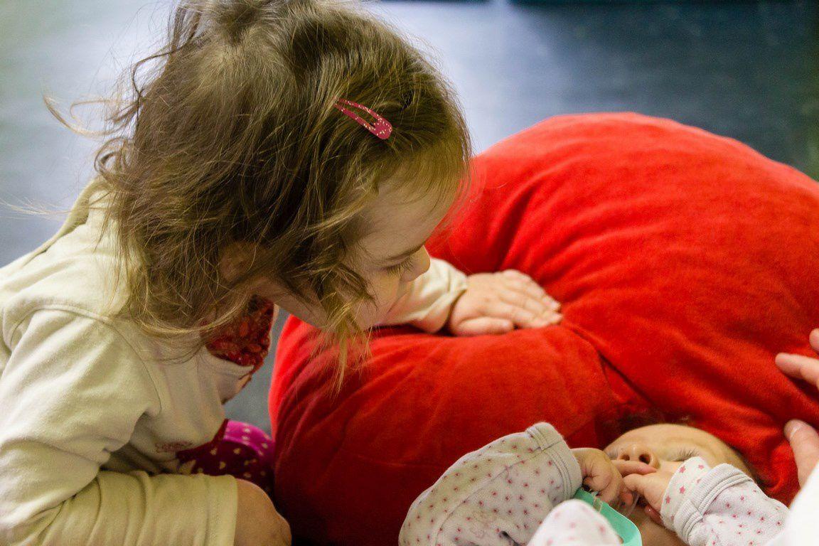 L'attention portée à l'autre... Intérêt et curiosité des plus grands à l'égard des plus jeunes.