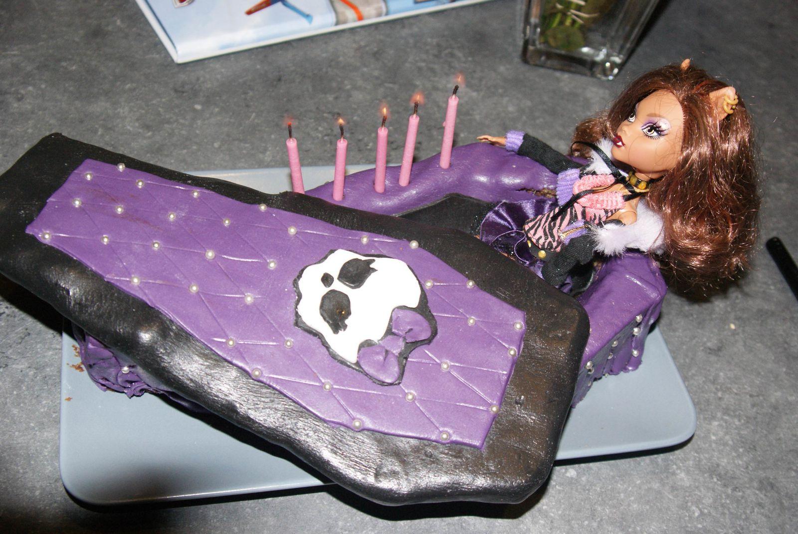 gâteau cercueil avec bougies à flamme rose!! (trouvées chez Aveve)