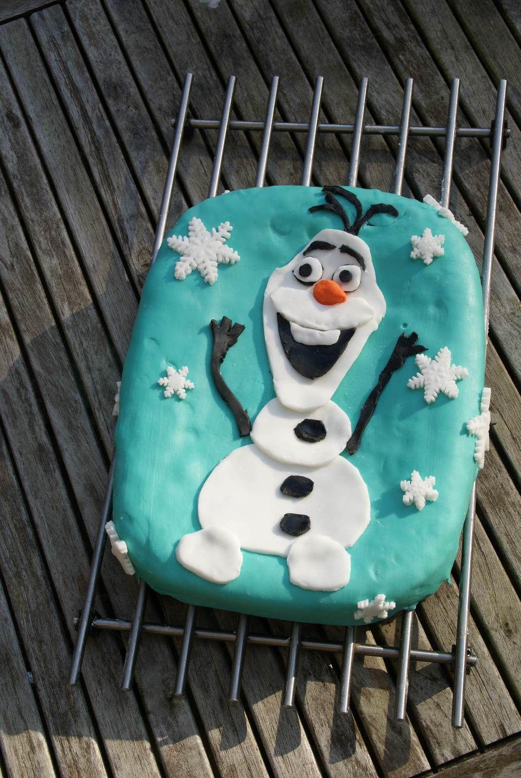 Gâteau Olaf pour l'anniversaire en famille! Quatre quarts recouvert de pâte à sucre.