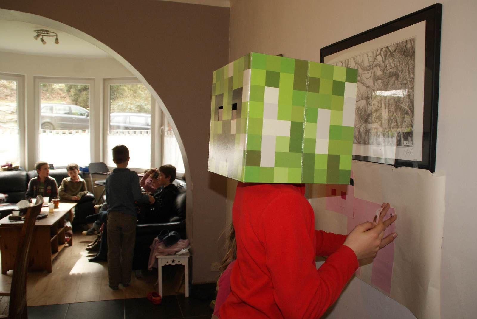 On essaie de lui remettre la queue les yeux bandés ou du moins avec les masque du creeper à l'envers sur la tête!