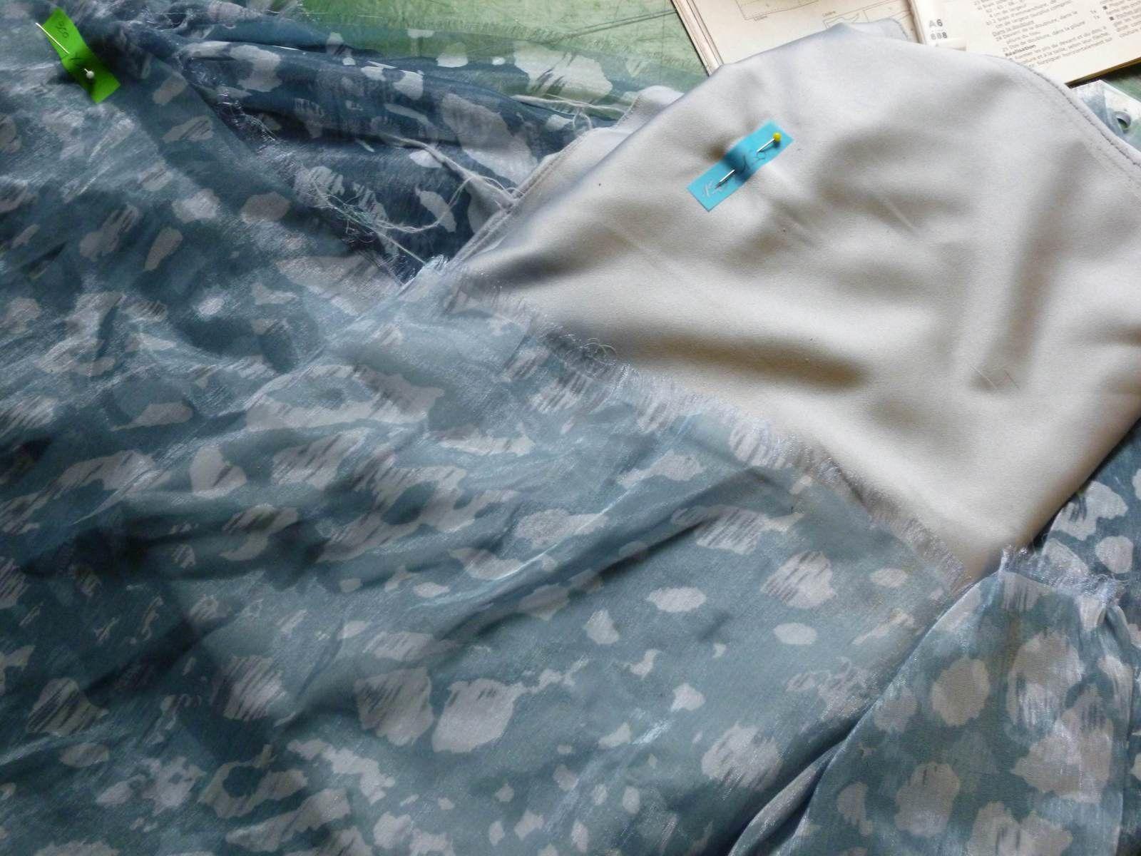 Mousseline et doublure qui serviront à la robe 119 du Burda d'août 2014. Tissu de mon stock: mousseline acheté il y a deux ans au Stoffenspektakel à 3 € du mètre et doublure récupérée dans la famille)
