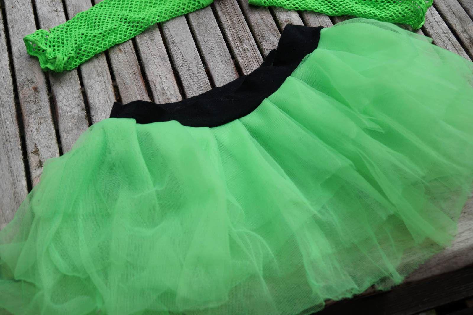 un tutu vert taille S que j'ai rétréci pour qu'il aille à Elli, et des mitaines en résille verte (achetés chez Claire's)