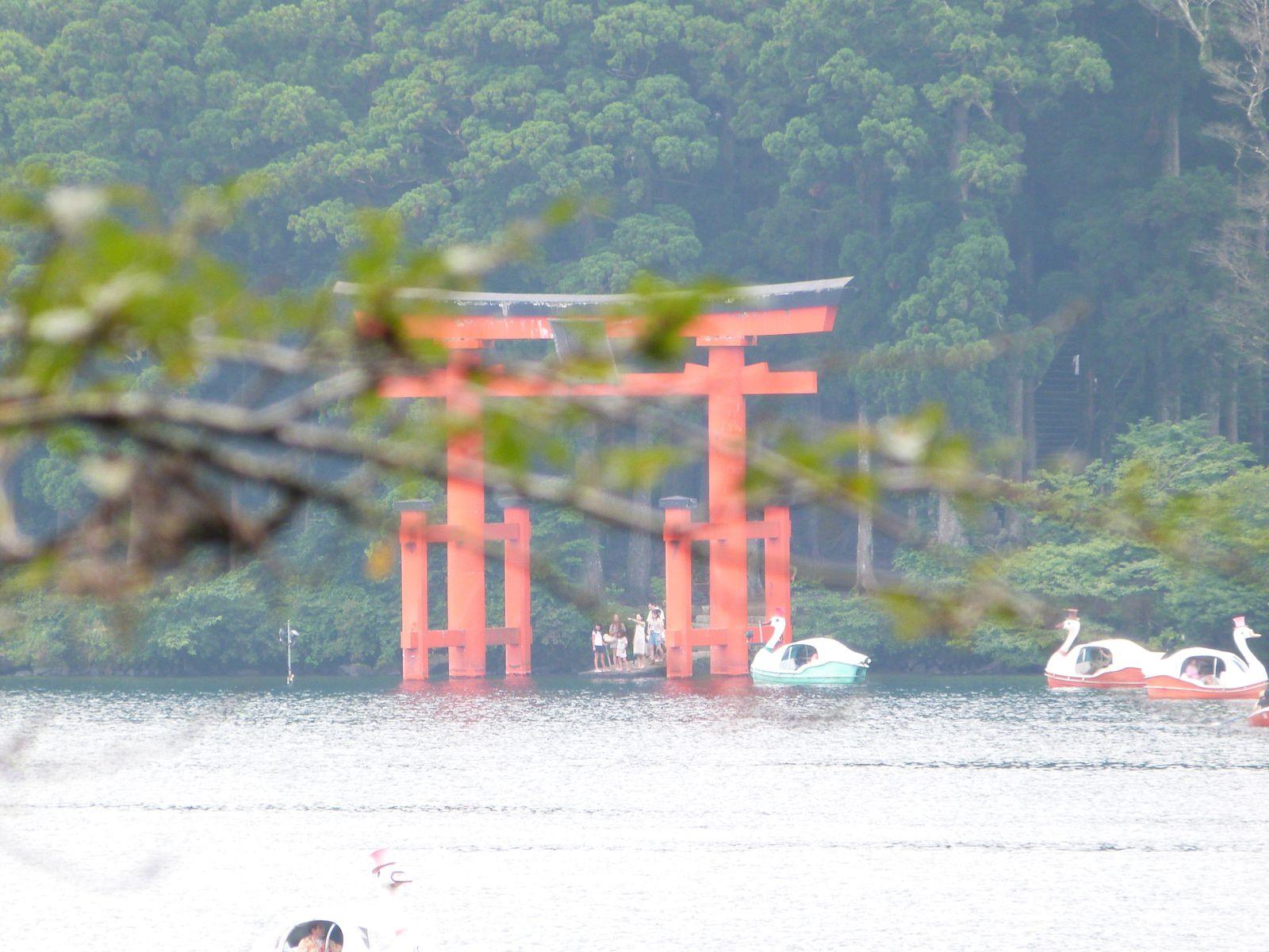 Voila donc l'un des trucs incontournables de Hakone (si on oublie les onsens. Parce que non, je n'ai pas pris de photos dans les onsens. Les gens y sont à poil, mince !). Bref. Une porte dans l'eau. Avec une branche devant oui. Et la mise au point sur la branche. Donc la porte est flou. Mais le contraste est top. Bref. J'aime bien :3