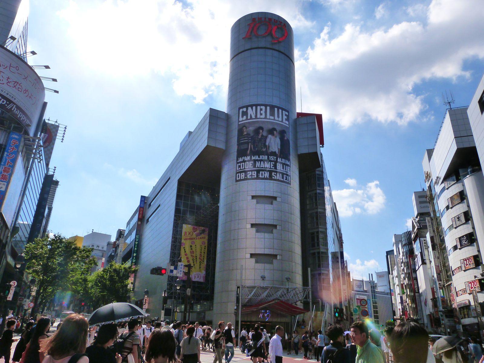 La fameuse tour Shibuya 109. Je l'aime. Et encore plus lorsqu'une affiche CNBLUE se trouve dessus ♥