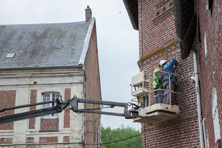 Installation de nichoirs à hirondelles à l'abbaye des Guillemins
