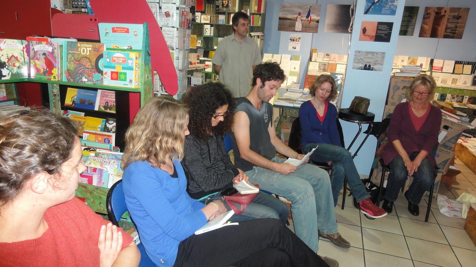 la lecture des textes apportés par les participants : premier temps de l'atelier