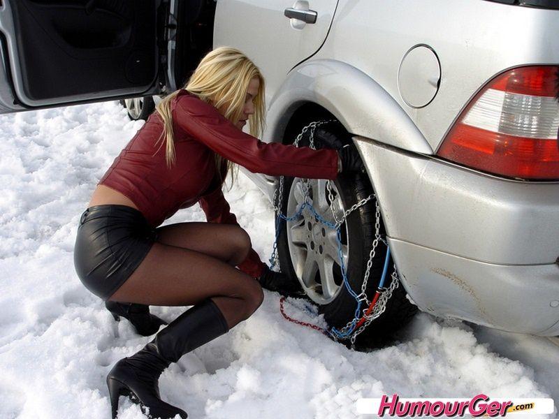 Une blonde, sa voiture et la neige