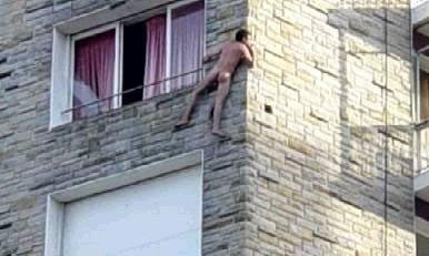 Photo d'un amant qui s'échappe comme il peut