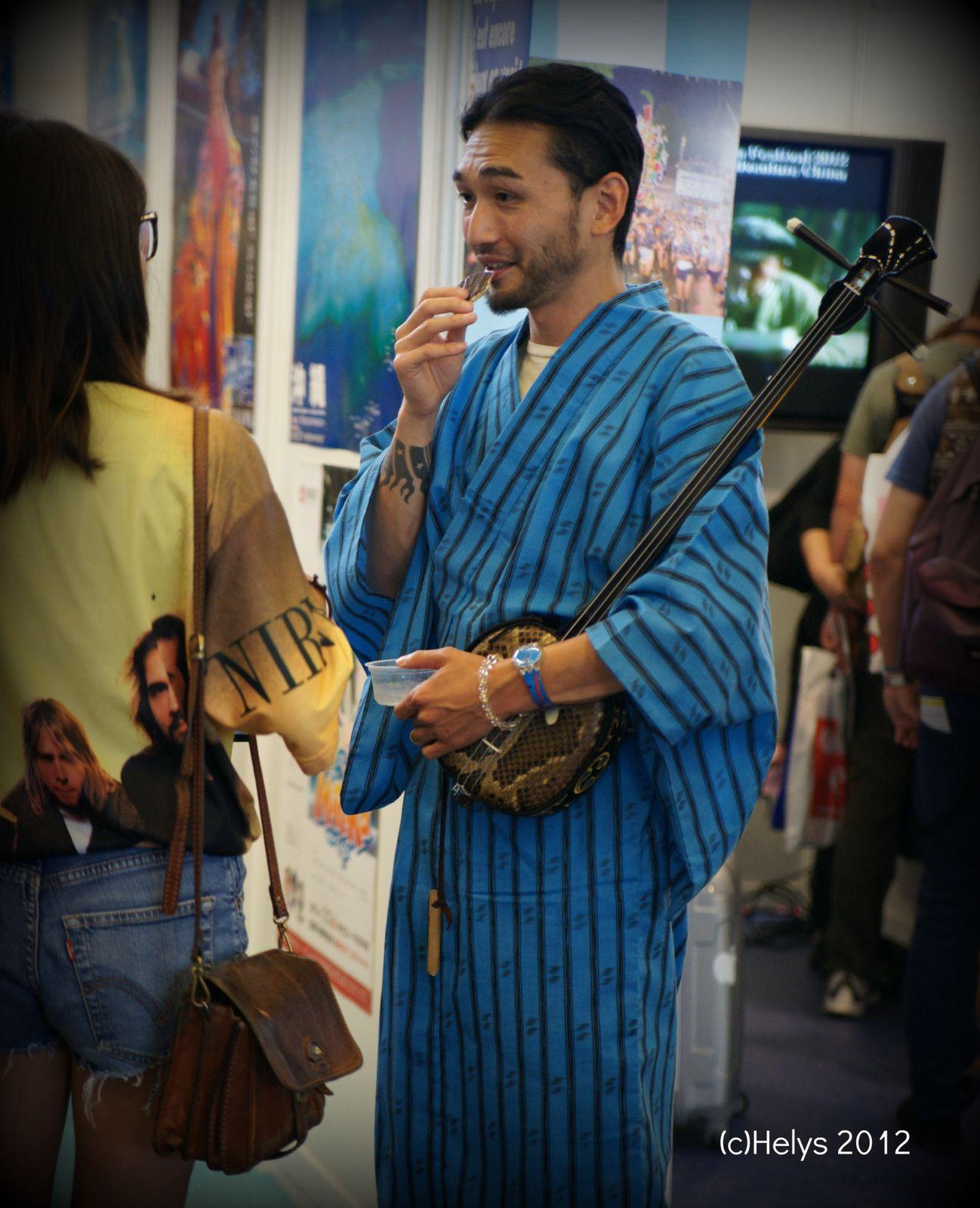 Homme avec un Shamisen - Photos (c) Helys japan expo 2012 ~A SUIVRE ~