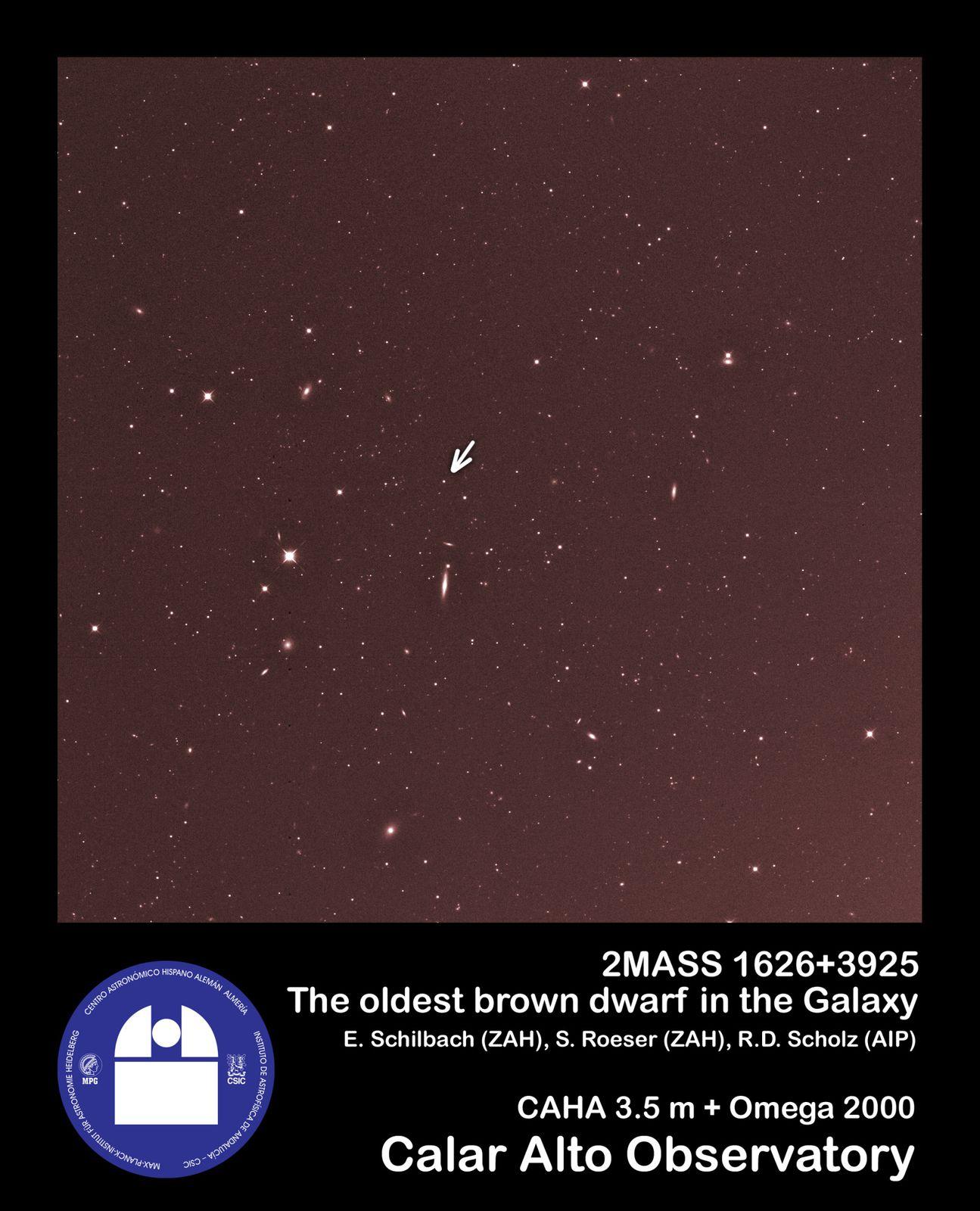 """Indicata dalla freccia, la nana bruna 2MASS 1626+3925, in un'immagine nell'infrarosso ottenuto con la camera Omega 2000, attaccata al telescopio da 3,5 m dell'Osservatorio di Calar Alto. <span class=""""di"""">Cortesia: Calar Alto Observatory</span>"""