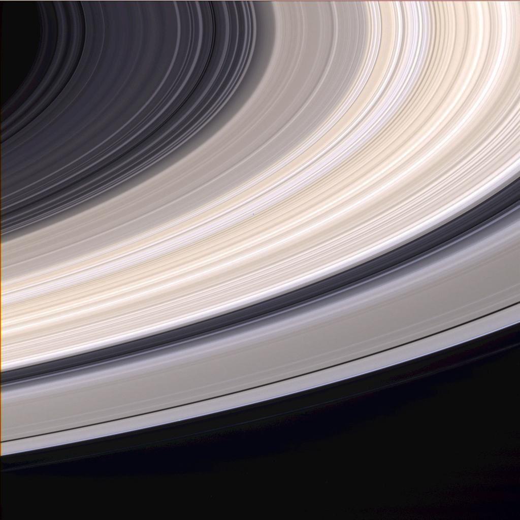 Un'immagine degli anelli di Saturno ottenuta il 21 giugno 2004 dalla sonda Cassini, nove giorni prima di entrare in orbita intorno al pianeta gigante. Gli anelli sono visti nei loro colori naturali, da una distanza di 6,4 milioni di km (ogni pixel corrisponde a 38 km). L'anello B è il più brillante. Si apprezzano chiaramente le sue sfumature color sabbia, alternativamente più chiare e più scure. Cortesia: NASA/JPL/Space Science Institute