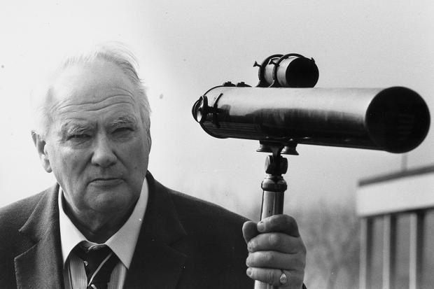 Patrick Moore allo BBC Television Centre nel 1987. Cortesia: Peter Trievnor