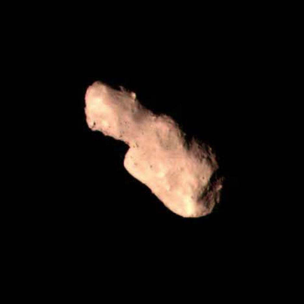 La prima, la terza e la quarta immagine di Toutatis scattate da Chang'e 2, rispettivamente alle 08:30:00 UTC, alle 08:30:03 UTC e alle 08:30:04 UTC del 13 dicembre 2012. In questi quattro secondi la distanza tra la sonda e l'asteroide è aumentata da 40 a 90 km circa