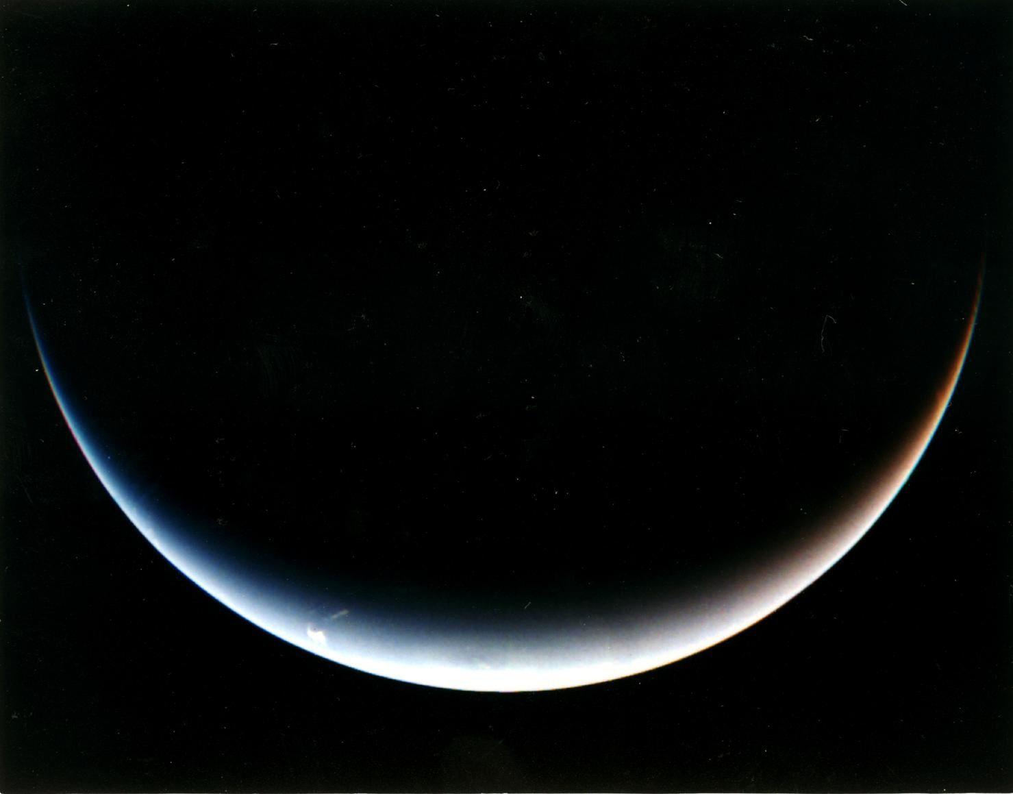"""Il polo sud di Nettuno, ripreso dalla sonda Voyager 2 nel 1989, mentre si allontanava dal pianeta dopo averlo superato. <span class=""""di"""">Cortesia: NASA / JPL</span>"""