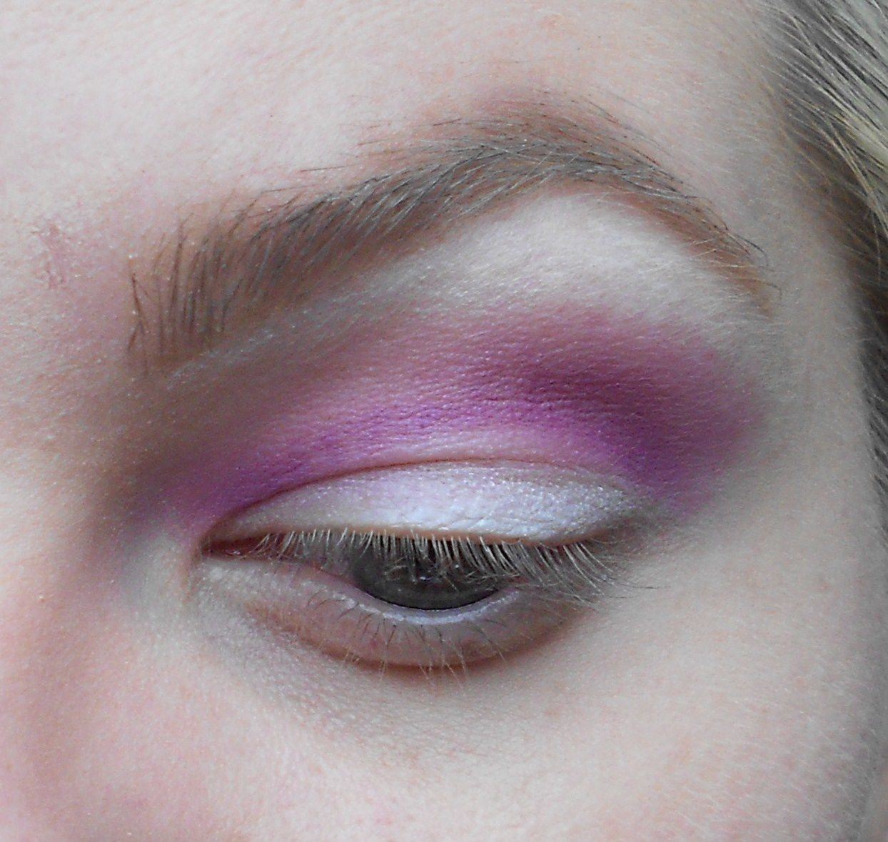 Avec un pinceau estompeur on prend un FAP violet ,ici 2am de la palette Heart Breaker de Sugarpill Cosmetics et on l'applique en banane.