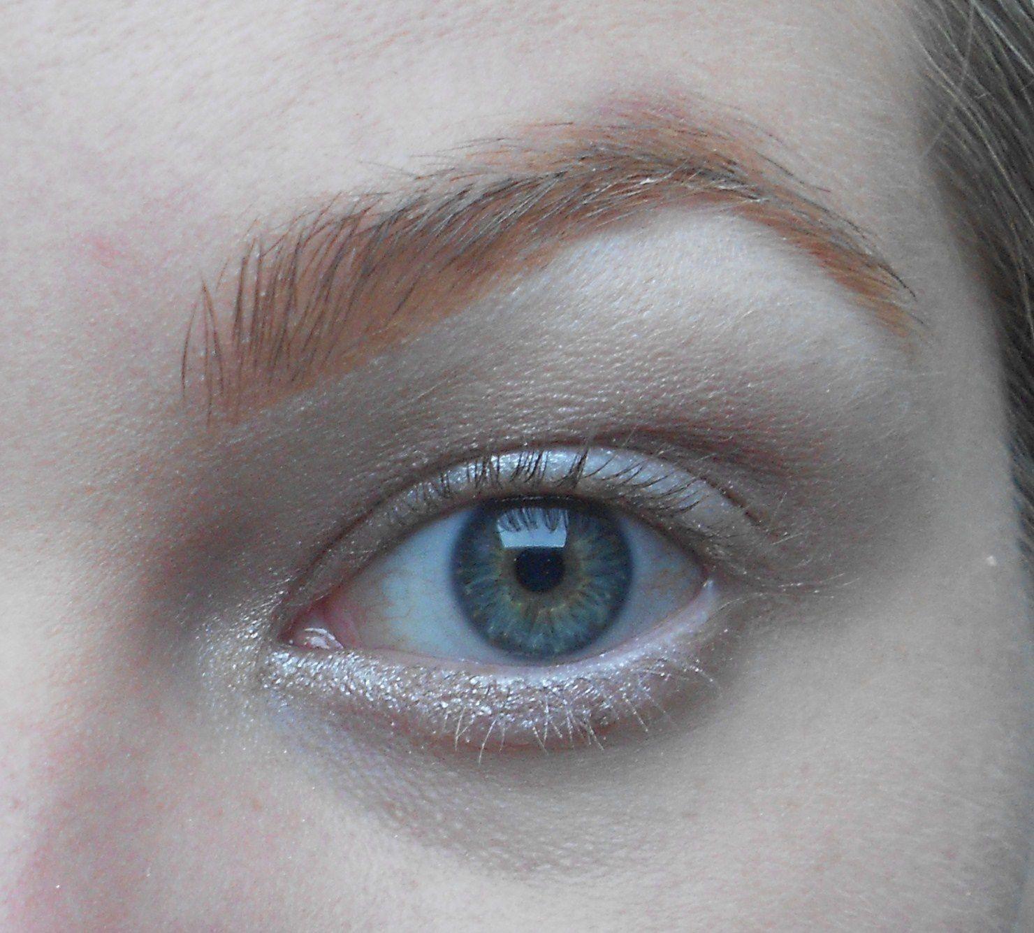 Avec un pinceau biseauté on reprend la couleur Verve et on l'applique en ras de cil inférieur jusqu'à la moitier de l'oeil.