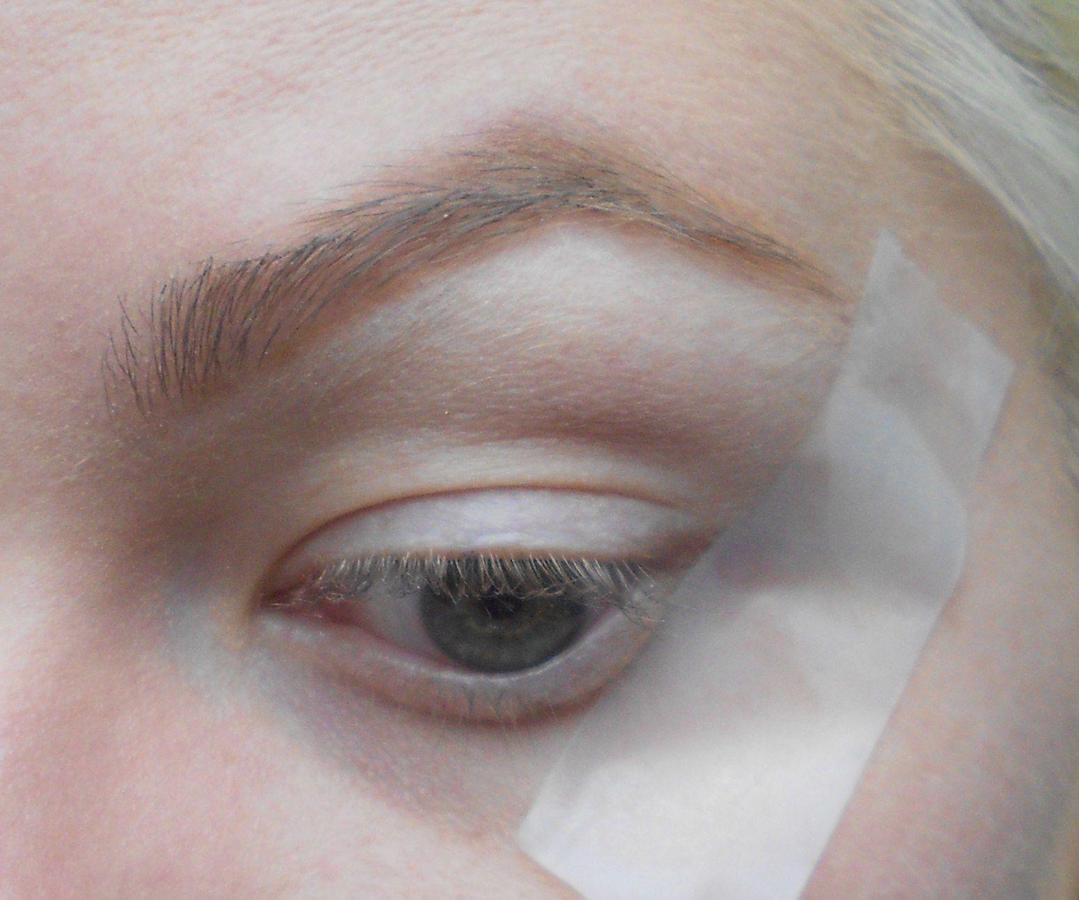 Ensuite pour avoir un maquillage bien net on va mettre un bout de scotch. Pour savoir comment bien placez votre scotch aidez vous d'un pinceau, placez le bout du pinceau au niveau de votre narine et le haut au coin externe de l'oeil sa vous donne la diagonale.
