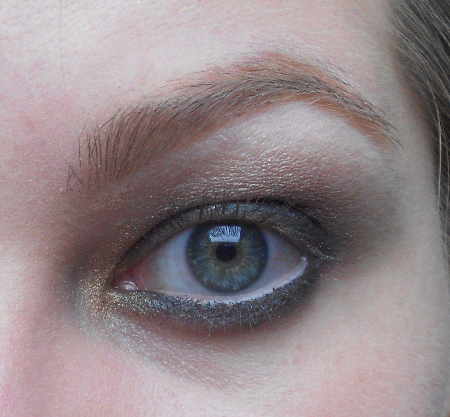 Avec un pinceau fin on prend la couleur Bare my soul et on l'applique en coin interne en remontant un peu dans le creux de l'oeil.