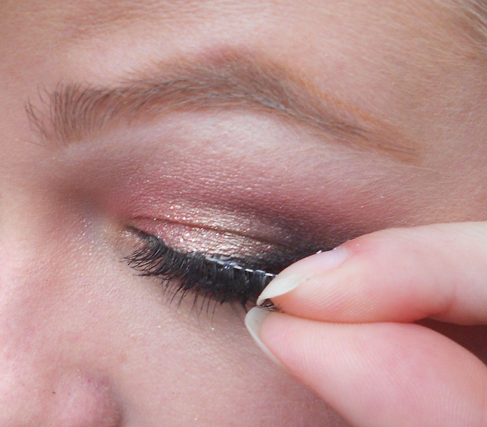 j'applique ensuite le faux-cils sur le coin externe de l'oeil.