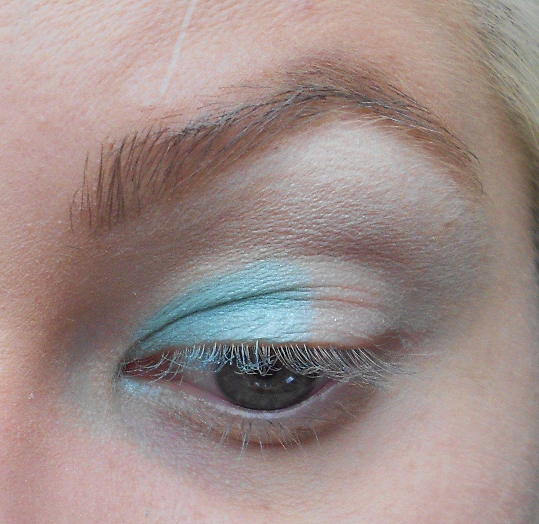 Avec un pinceau plat, on prend un fard bleu ciel, ici Mochi de la palette Heart Breaker de Sugarpill Cosmetics, et on l'applique sur la moitié de la paupière mobile.