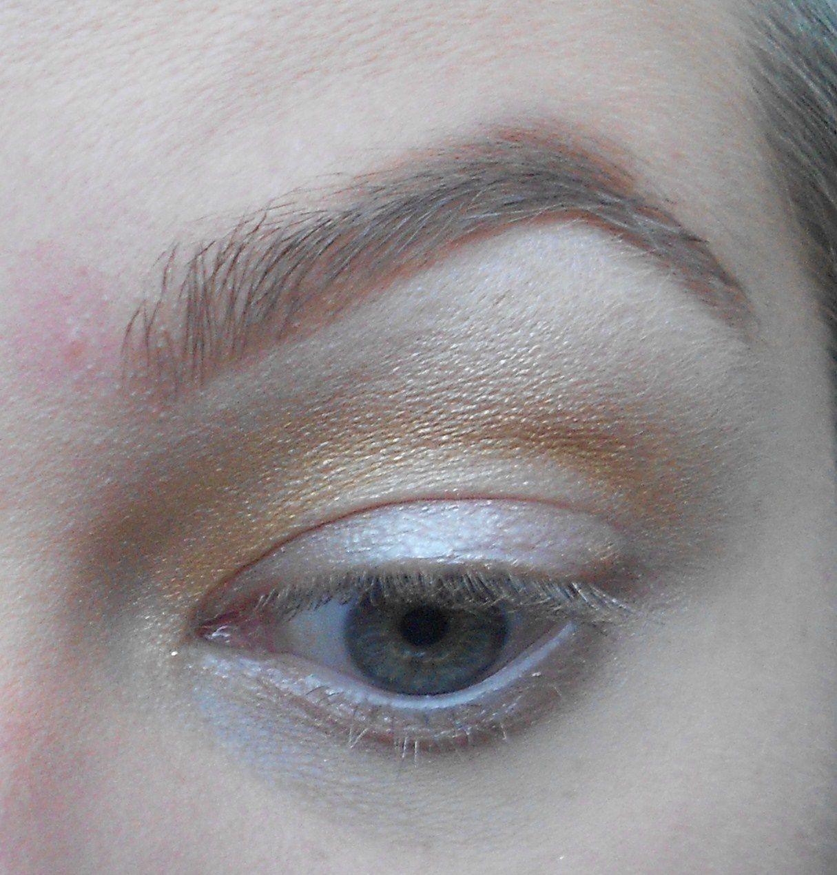 Avec un pinceau estompeur, on prend un doré et on l'aplique dans le creux de l'oeil en estompant bien.