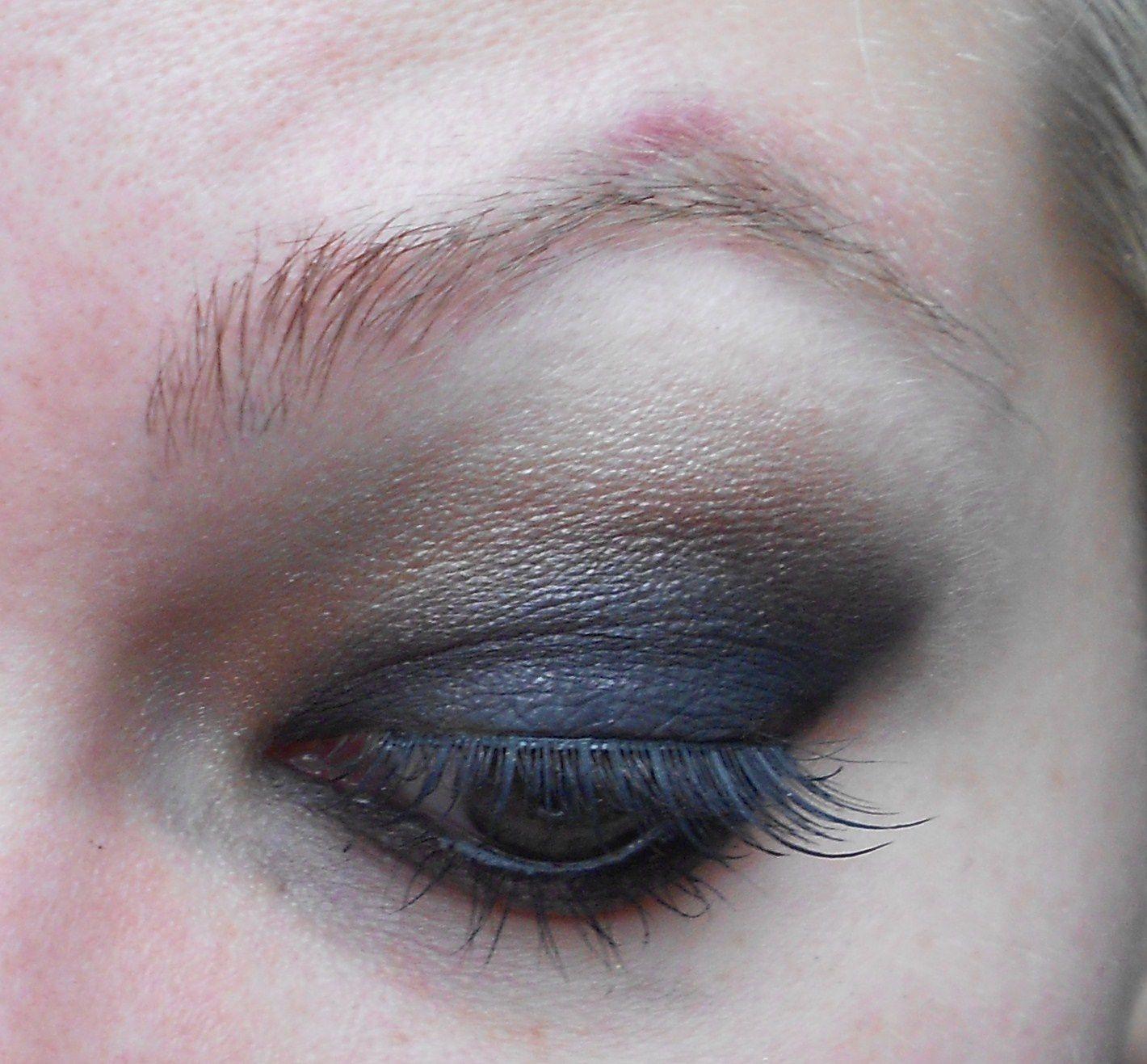 On commence par faire le maquillage des yeux. Moi j'ai opté pour un smoky.