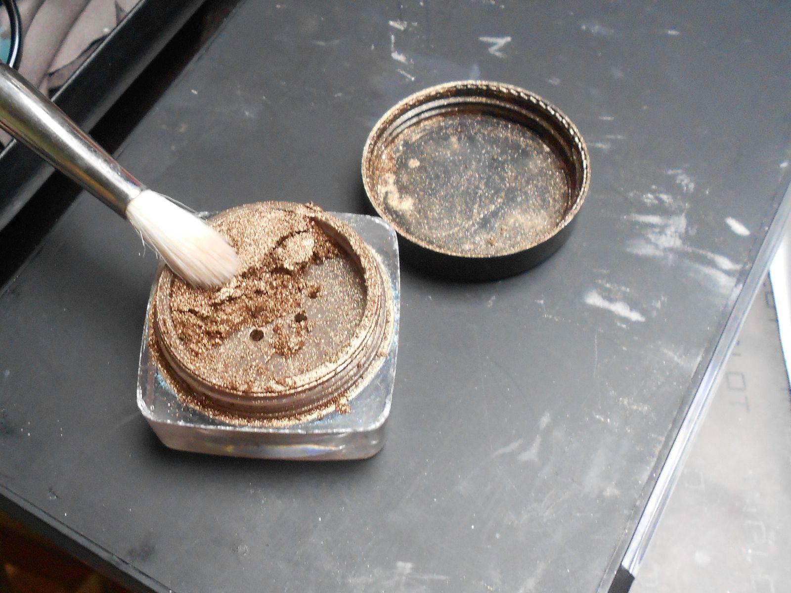 Avec un pinceau estompeur, on prend un marron qu'on applique dans le creux de l'oeil.