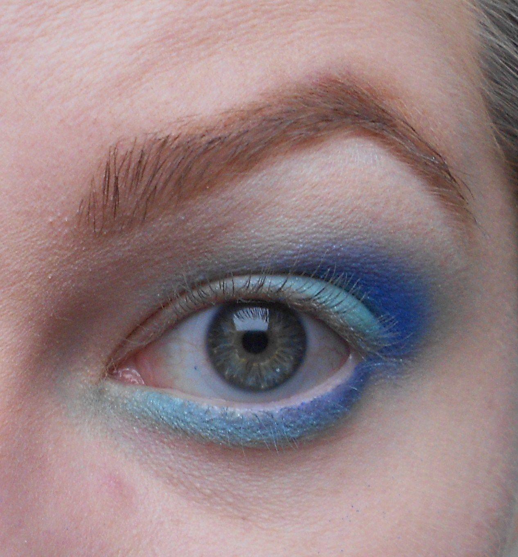 Avec un pinceau boule on reprend le bleu clair et on l'applique en ras de cil inférieur en coin interne et également légèrement en desous du bleu foncé.