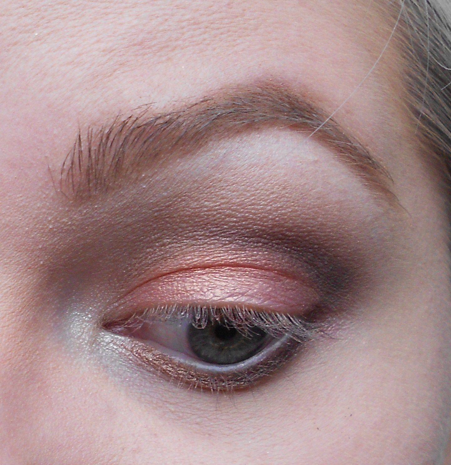 Avec le pinceau fin de tout à l'heure, on prend un marron très foncé, qu'on applique dans le creux de l'oeil en allant pas trop vers le coin interne. On en met également en coin externe du ras de cil inférieur. Et on vient estomper le tout avec le pinceaux estompeur.