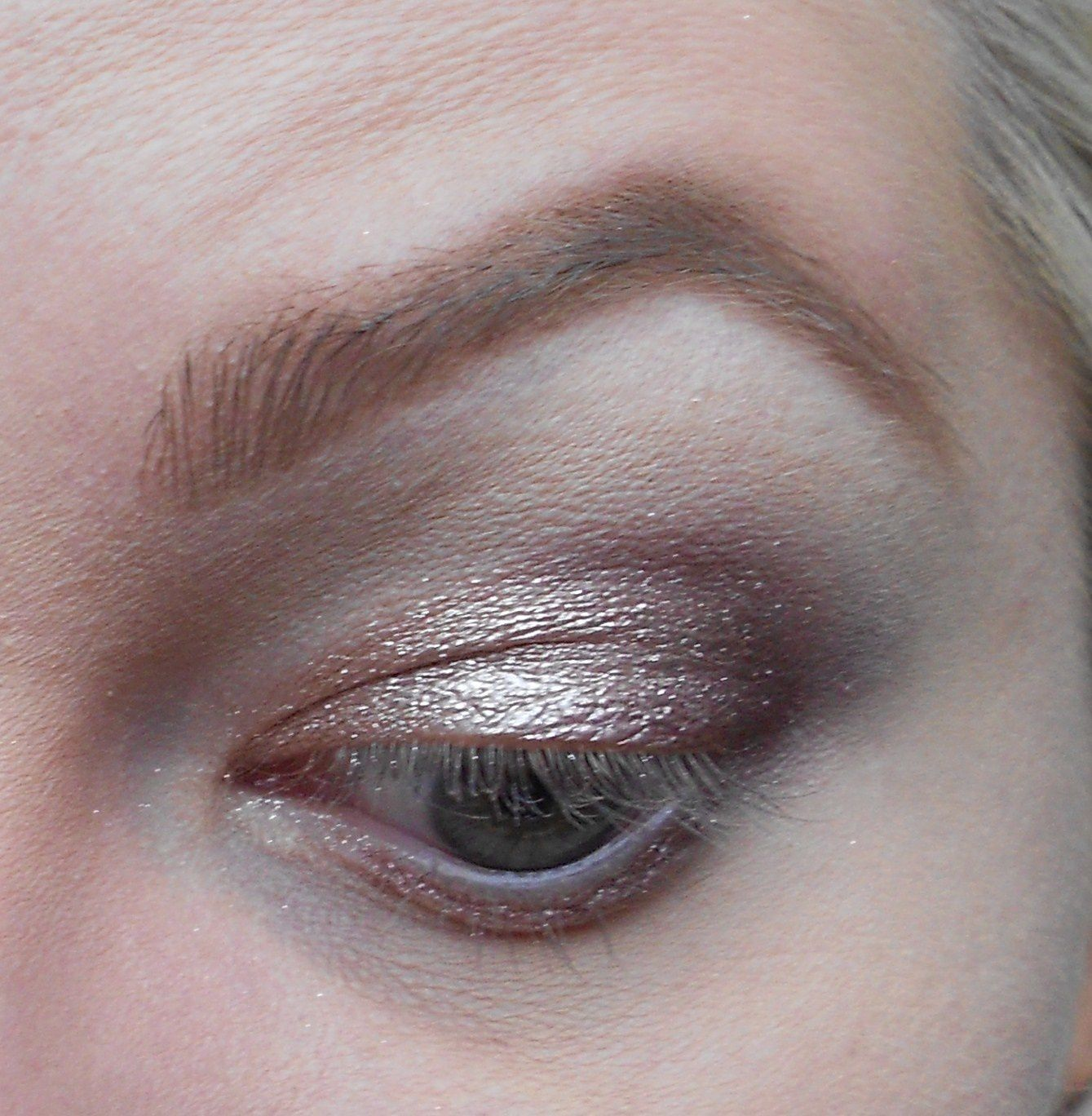 Avec un pinceau plat humidifié on prend le Fard Long Lasting Wet & Dry use eyeshadow n°200, et on l'applique sur la paupière mobile.