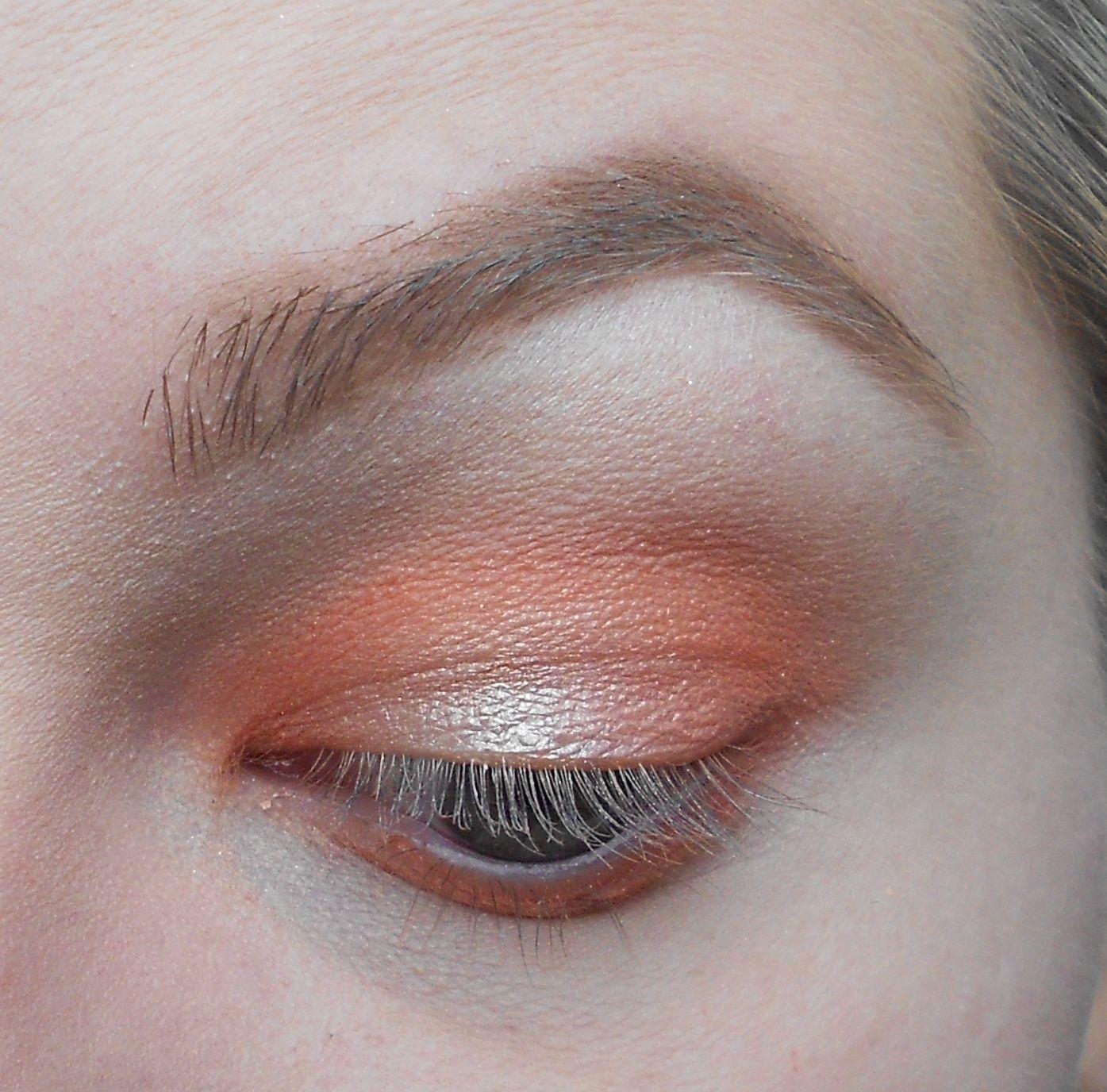 Avec un pinceau plat on prend un doré, ici le pigment Afterglow de Makeup Geek, et on l'applique au centre de la paupière mobile.
