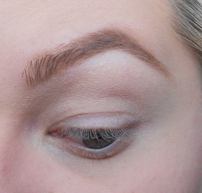 Avec un gros pinceau on prend un fard beige irisé, ici Shroom de MAC et on l'applique sous le sourcil en touche lumière.