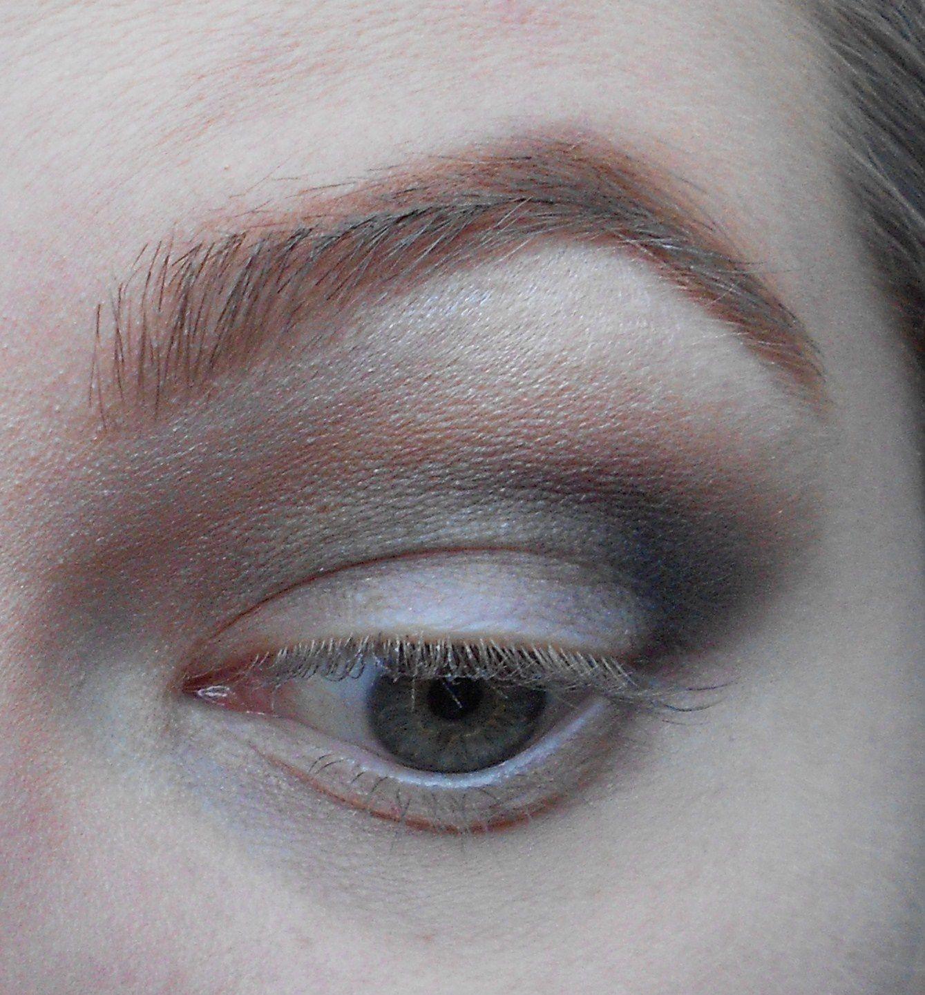 Avec un autre pinceau estompeur on prend un noir, ici Carbon de MAC, et on l'applique dans le creux de l'oeil mais en montant moins haut que le beige. Et avec le premier pinceau estompeur on viens estomper le tout.