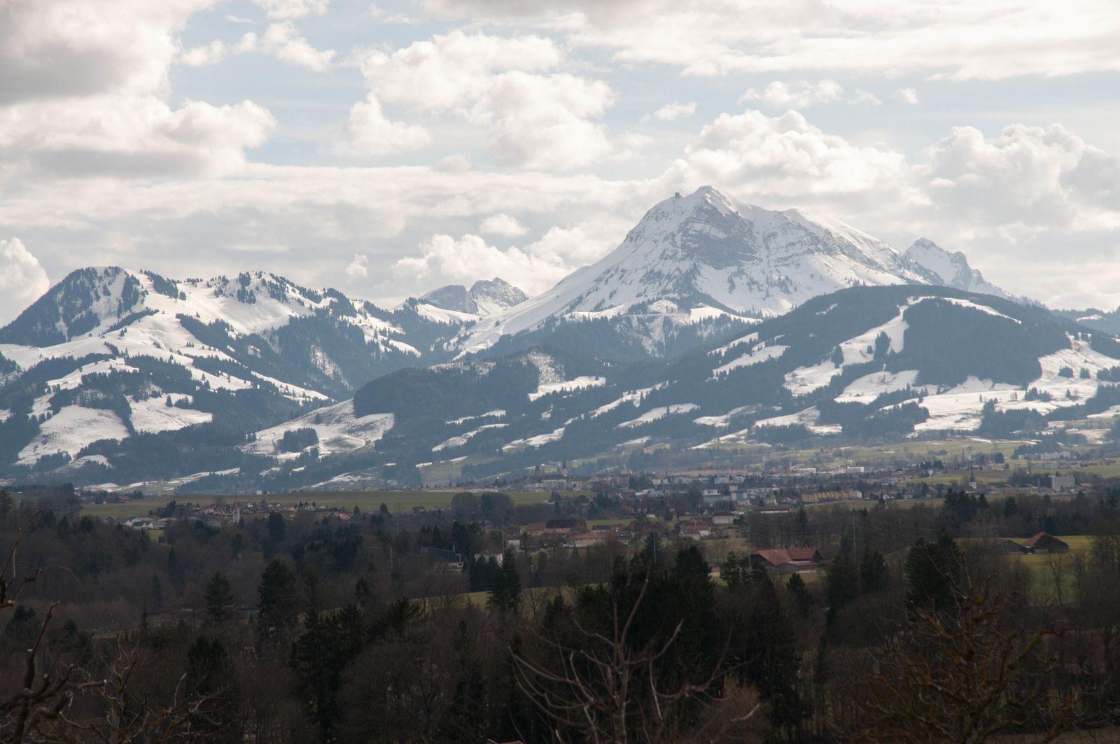 les montagnes Suisses vues de l'aire de repos de La Gruyère