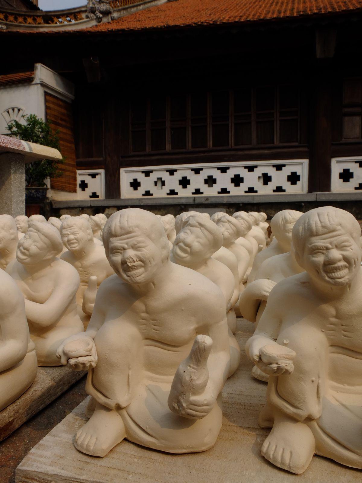 Bàt Trang. A une heure de Hanoi vers le sud, c'est le village où est travaillée de manière traditionnelle la céramique.