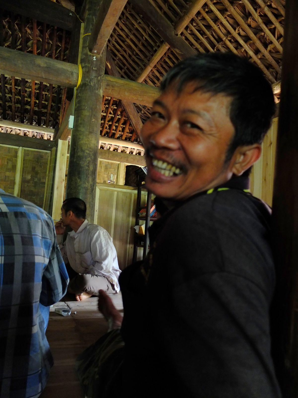 Nguyen, le joyeux charpentier de la ferme.