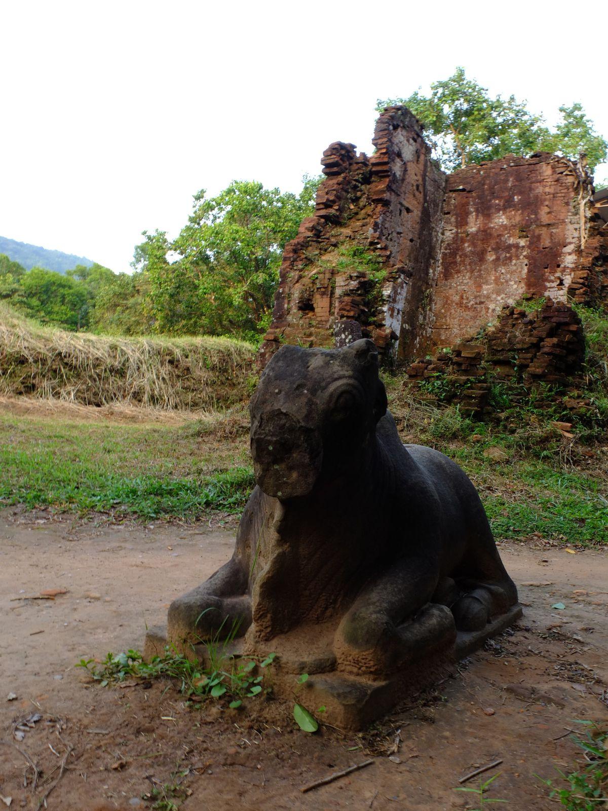 Empreintes de mystères, les ruines de My Son se dressent au milieu de la jungle, dans une vallée verdoyante à 55km au nord de Hoi An. Classés au patrimoine mondial par l'UNESCO, ce sont les plus importantes traces de l'ancien royaume Champa. Au cours du IVe siècle, My Son devient un important centre religieux et fut habitée jusqu'au XIIIe, soit plus longtemps que la plupart des cités sud-est asiatiques ! La plupart des temples étaient dédiés aux rois cham ainsi qu'à la divinité qui leur était associée : Shiva, fondateur et gardien du royaume. Le royaume du Champa connut son apogée entre le IIe et le XVe siècles. A partir de l'actuelle Danang (centre Viêt Nam), son sanctuaire d'origine, le royaume s'étendit progressivement vers le sud. Ses relations commerciales avec l'Inde influencèrent cette civilisation qui adopta l'hindouisme, utilisa la sankrit comme langue sacrée et s'inspira de l'art et de l'architecture indiens. Les Cham, au nombre de 100.000, restent  aujourd'hui une minorité ethnique au Viêt Nam.Empreintes de mystères, les ruines de My Son se dressent au milieu de la jungle, dans une vallée verdoyante à 55km au nord de Hoi An. Classés au patrimoine mondial par l'UNESCO, ce sont les plus importantes traces de l'ancien royaume Champa. Au cours du IVe siècle, My Son devient un important centre religieux et fut habitée jusqu'au XIIIe, soit plus longtemps que la plupart des cités sud-est asiatiques ! La plupart des temples étaient dédiés aux rois cham ainsi qu'à la divinité qui leur était associée : Shiva, fondateur et gardien du royaume. Le royaume du Champa connut son apogée entre le IIe et le XVe siècles. A partir de l'actuelle Danang (centre Viêt Nam), son sanctuaire d'origine, le royaume s'étendit progressivement vers le sud. Ses relations commerciales avec l'Inde influencèrent cette civilisation qui adopta l'hindouisme, utilisa la sankrit comme langue sacrée et s'inspira de l'art et de l'architecture indiens. Les Cham, au nombre de 100.000, restent  aujour