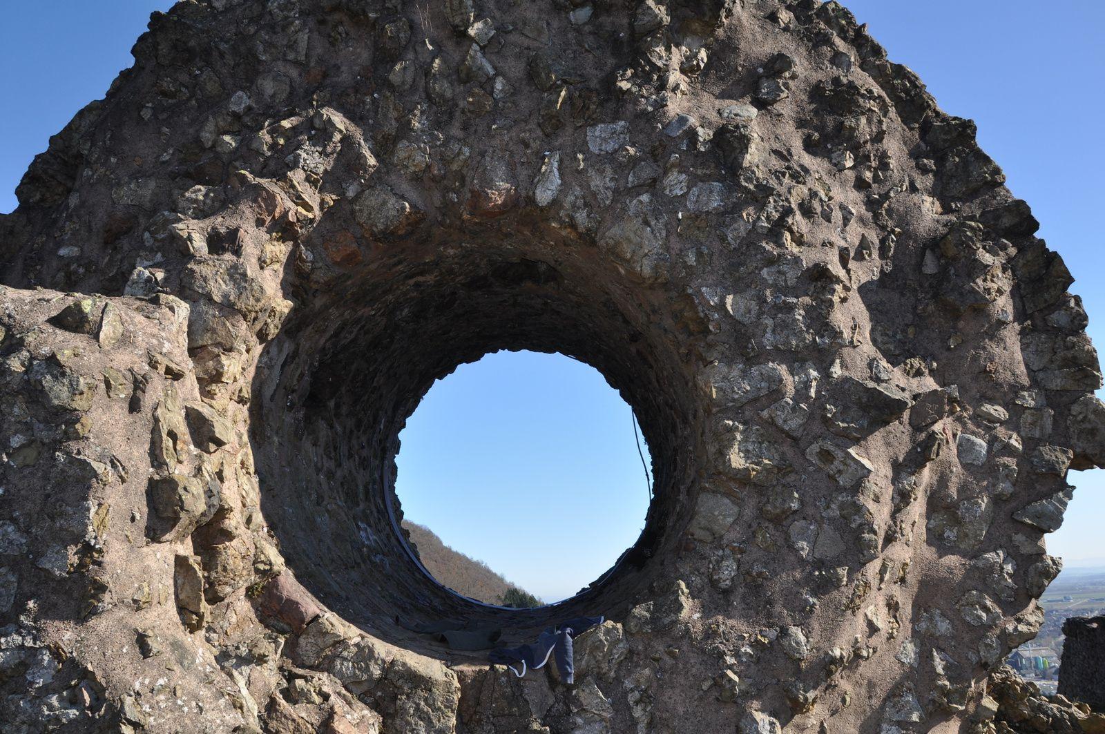 Ruines du château d'Engelbourg et le fameux œil de la sorciére.