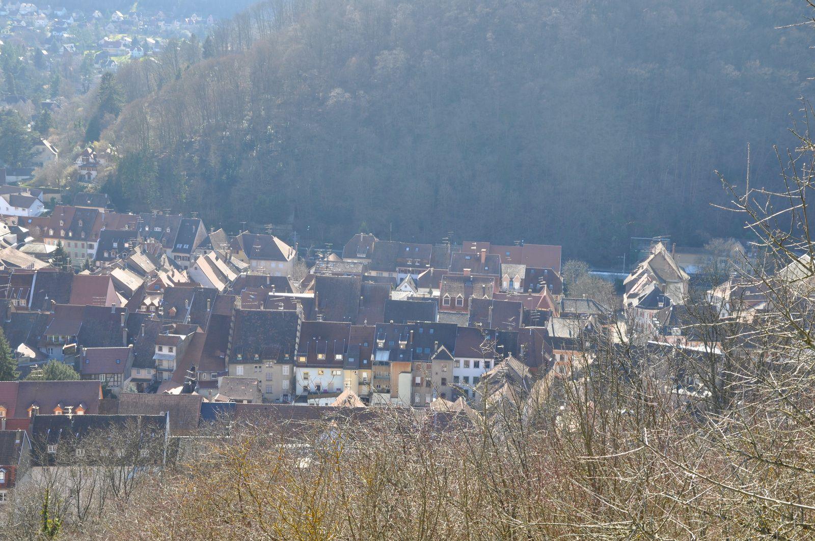 Vues sur Thann &#x3B;la croix du Rangen et le Thanner Hubel depuis les ruines du château d'Engelbourg.